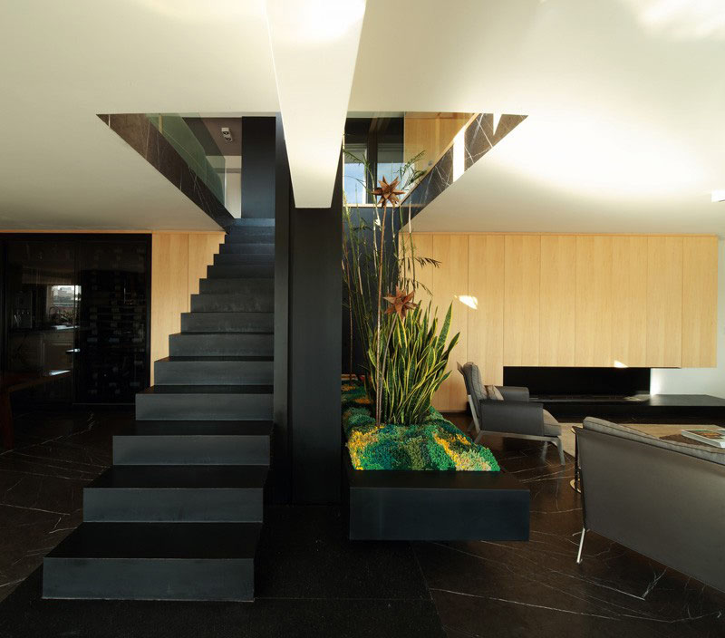 An Elegant Touch With Black Stairs In Modern Homes (3)